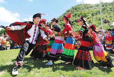 """7月31日,在广西隆林各族自治县德峨乡保上村阿搞屯,一名彝族小伙子在""""抢新娘""""。"""