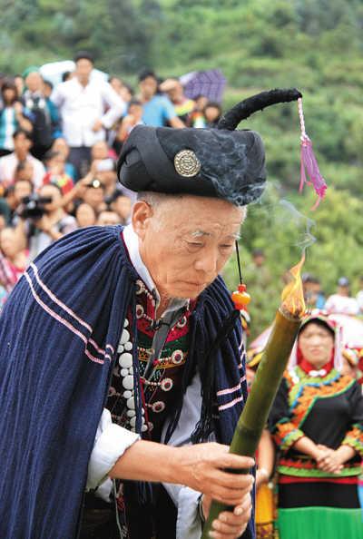 7月31日,彝族毕摩在广西隆林各族自治县德峨乡保上村阿搞屯主持祭火神仪式。