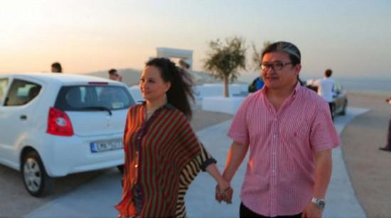 刘欢与妻卢璐希腊办银婚典礼 25年后首披婚纱