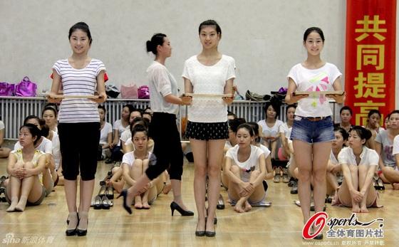 全运颁奖礼仪小姐培训班正式结业 众美女秀美腿