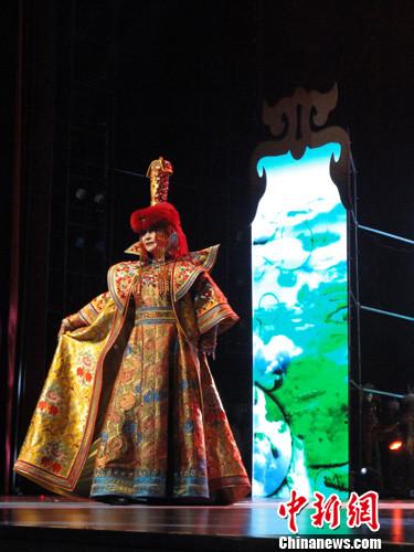 王少晶 中国/图为少数民族服饰展演现场。王少晶摄