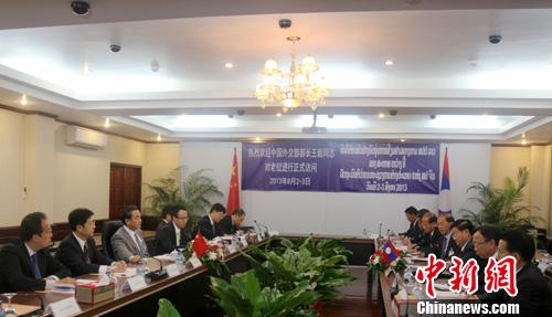 8月3日,中国外交部长王毅在老挝首都万象与老挝副总理兼外交部长通伦举行会谈。图为会谈现场。中新社发 张明 摄