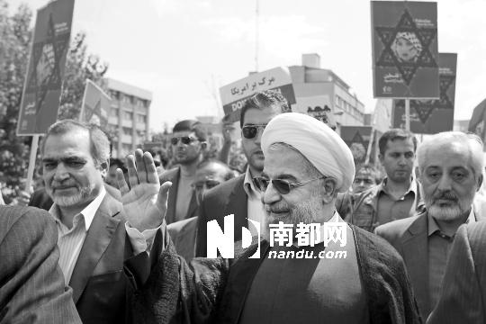 """2日,伊朗当选总统哈桑・鲁哈尼(前中)参加""""圣城日""""、即""""耶路撒冷日""""纪念活动。"""