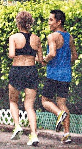 徐濠萦一身运动服跑步,期间与大只嫩男边跑边聊天。