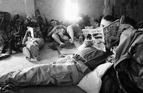 资料图:在驻伊拉克美军中,一个美国大兵在看色情杂志打发时间.