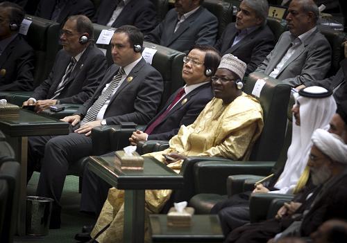 8月4日,在伊朗首都德黑兰,习近平主席特使、文化部部长蔡武(前排中)应邀出席伊朗当选总统鲁哈尼的宣誓就职仪式。新华社发 (哈拉比萨斯 摄)