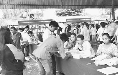 曼谷工商管理旅游学院的学生在招聘会上投递简历。 记者 韩 硕摄