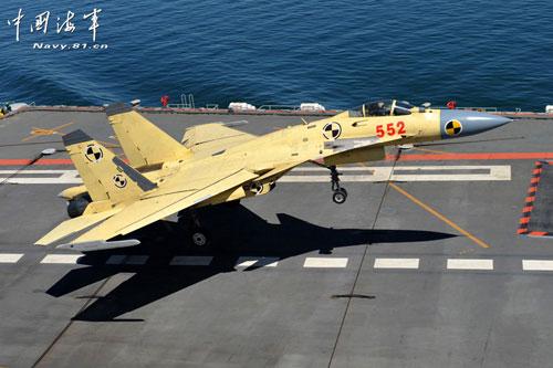 资料图:歼-15在辽宁舰上降落。