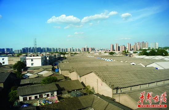 长沙/7月30日,长沙市鸭子铺,居民的楼房分散在大大小小的仓库之间...