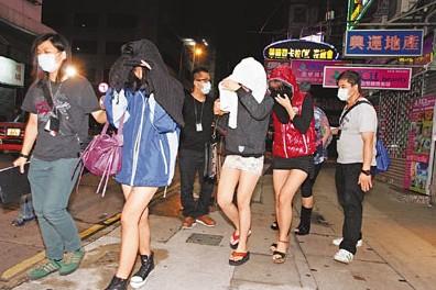 探员将3名未成年少女带署扣查。来源 香港《文汇报》