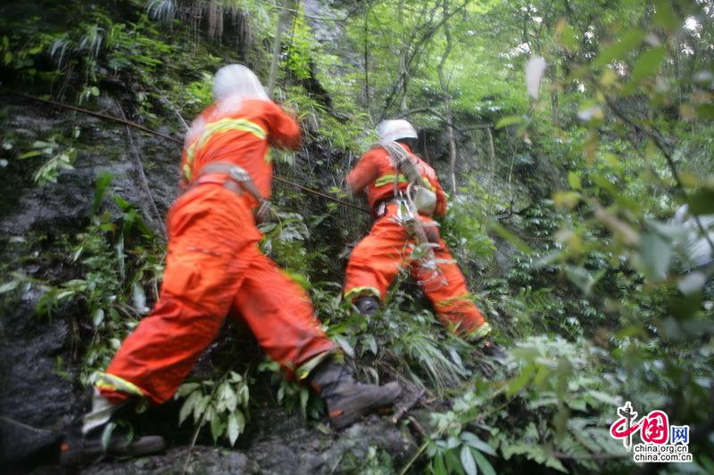 徒步装备_救援人员携带救援装备徒步搜寻
