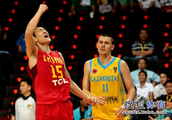中国VS哈萨克斯坦 周鹏霸气庆祝图片