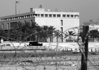 4日,巴林麦纳麦,装甲车在美国使馆外警卫。图/东方IC