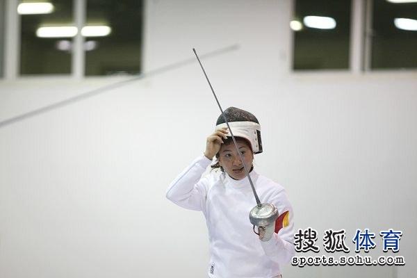 图文:2013击剑世锦赛首日 准备比赛