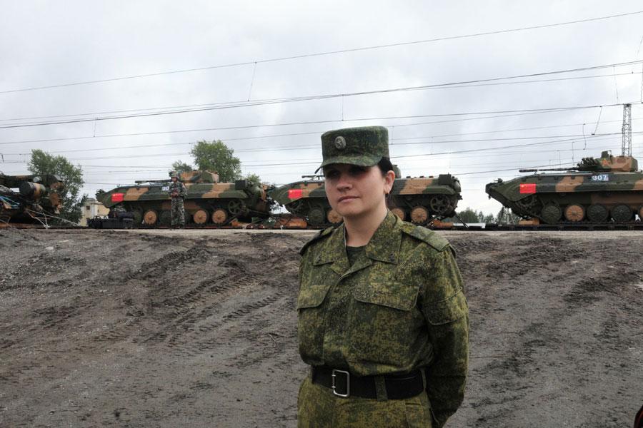 俄美女士兵为我军守护重装备组图 搜狐滚动
