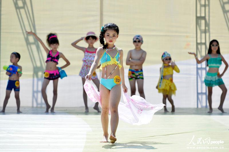 山西少儿模特大赛火爆举行 女童泳装走秀清新