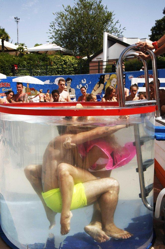 意大利举办水下接吻比赛 比的是接吻技巧(组图)图片