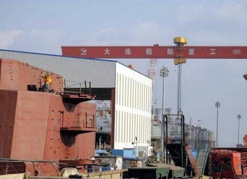 报道特别提到,葫芦岛附近的中船重工所属造船厂拥有巨大且封闭的厂房