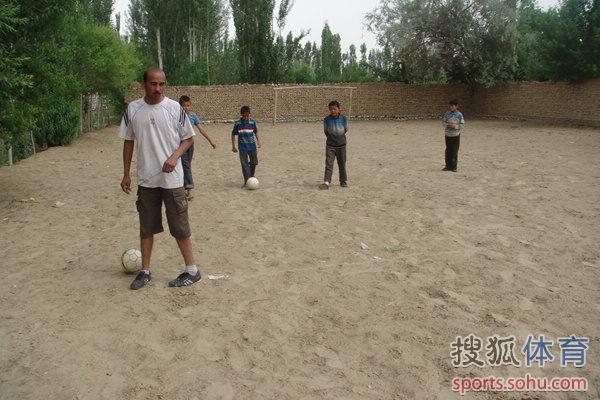 子们都是单纯地喜欢踢球,尽管只有坑洼不平的沙土场地,也没有