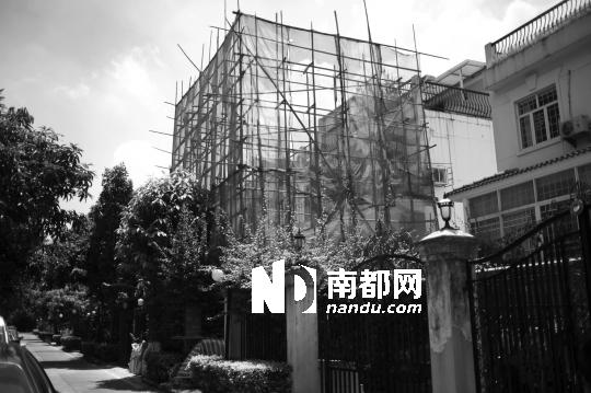 梅花山庄馨园联排别墅2901号和2902号,围蔽起来建违建。