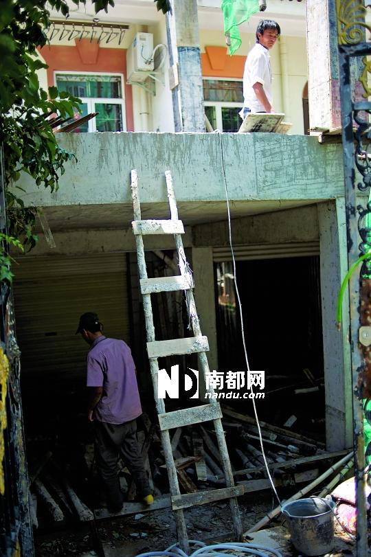 7月30日上午,2901号别墅的后花园,工人正在紧张地施工。