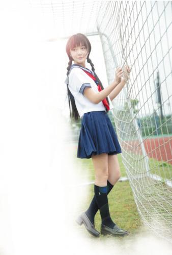 最近,16岁的徐娇在微博上发了一组穿校服的写真照,可爱模样吸睛.