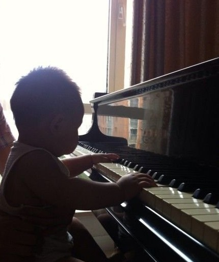 潘阳儿子弹钢琴
