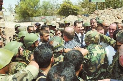 1日,在叙利亚大马士革郊区,叙利亚总统巴沙尔视察政府军部队。