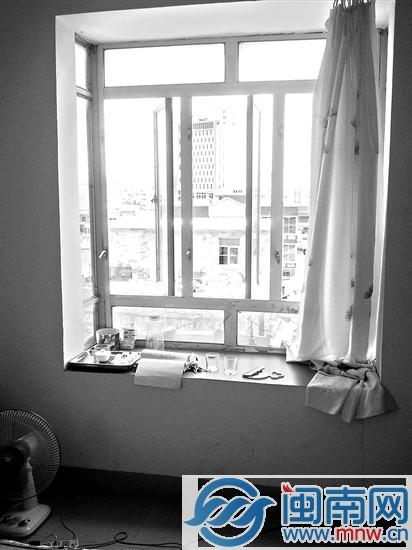 邻居称,事发租房的窗户结构与隔壁租房(如图)一样,女孩踩在竹床爬上