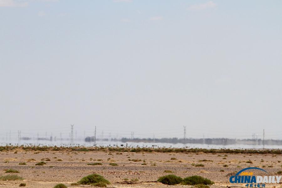 """中国 哈密/新疆哈密市近郊戈壁上出现的""""海滋""""奇观虚假""""湖景""""。"""