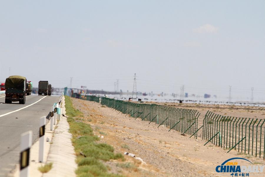 """哈密 中国/新疆哈密市近郊戈壁上出现的""""海滋""""奇观虚假""""湖景""""。卓恩森"""