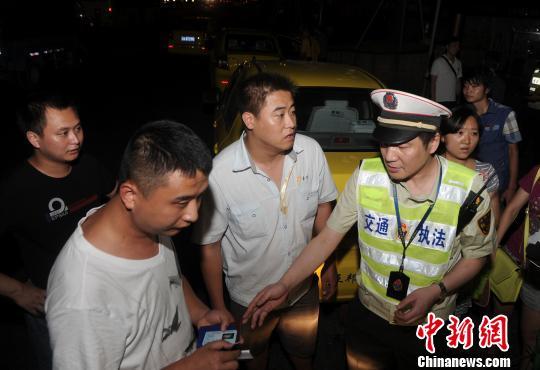 图为:执法人员正在查处违规车辆 陈超 摄