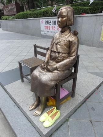 图为韩国民间团体在日本驻首尔使馆门前设立的慰安妇铜像(资料图)