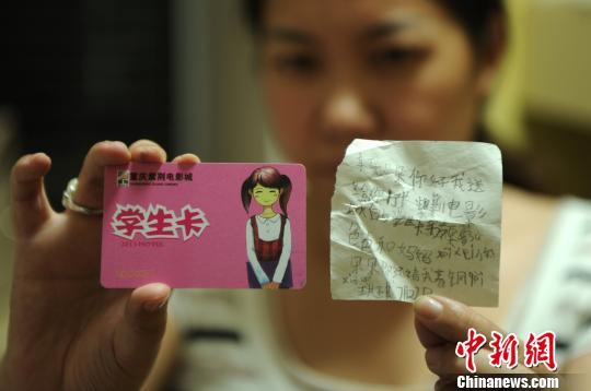 八岁女童牟牟的母亲展示孩子生前的笔迹和物件。 陈超 摄