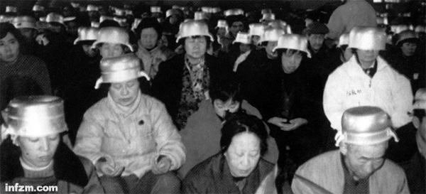 1993年底,在北京妙峰山高级气功强化培训班上,每个学员头上都盖一口锅。这是历史上有名的信息锅,据说可以用来接受宇宙的大气场,达成天人感应。上世纪90年代初堪称气功席卷中国的黄金时代。 (CFP/图)