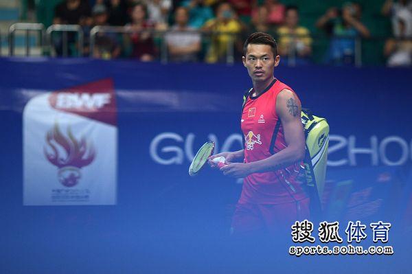 图文:林丹2-0张维峰晋级八强 林丹在比赛中