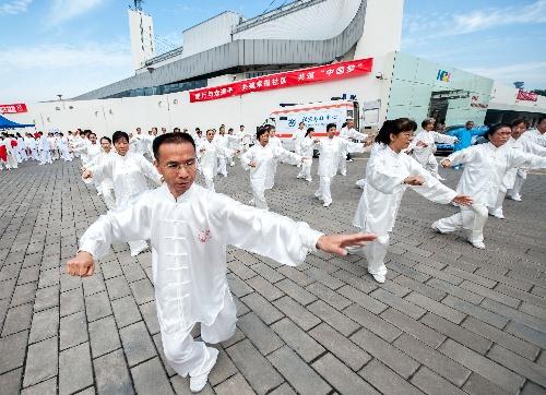"""2013年电信日主题_图文:""""全民健身日""""主题活动 表演太极拳-搜狐体育"""