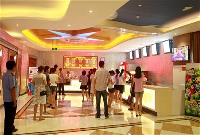 临浦华纳国际影城开业当天,众多观众在影城售票口买票