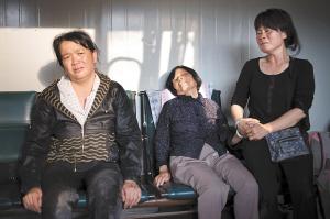 王小平的妻子(左),母亲(中),妹妹(右)依然悲伤不已
