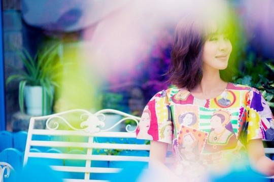 """近日,黄晓明前""""绯闻女友""""李菲儿曝光了一组夏日街拍,身穿不同的印花T恤展靓丽好气色,生动俏皮惹人爱。"""