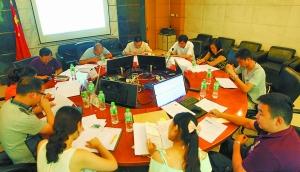 两个半小时评审最终确定100名阳光学子。 重庆晨报记者 许恢毅 摄