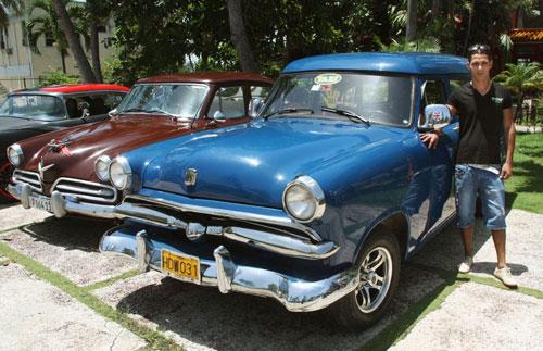 """美50年代产""""古董""""级轿车在古巴充当出租车"""