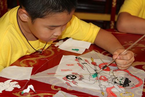 小学生绘制风筝