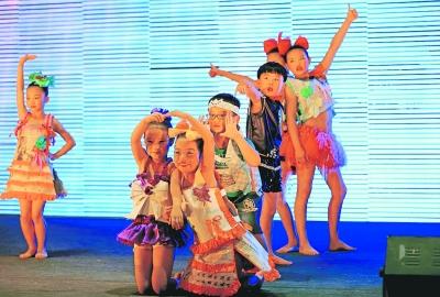 粮道街中山桥社区等9个社区的小朋友,在汉街大舞台上演了宝宝环保t台图片