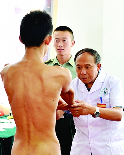 杨建军 江苏/丹阳体检站,应征青年在接受外科检查。杨建军摄