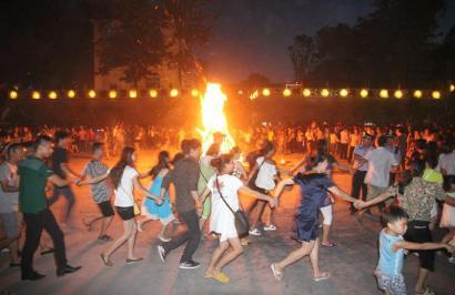 8月3日晚,游客参加洛古坡乡的原生态火把狂欢。