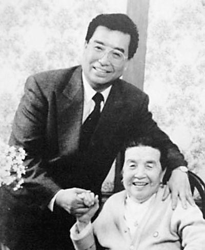 李双江与母亲 资料图