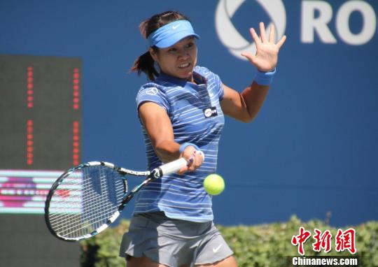 李娜直落两盘击败斯洛伐克名将齐布尔科娃 ,在9日进行的WTA超五赛事罗杰斯杯女单1/4决赛中成功晋级半决赛。中新社发 捷克佳 摄