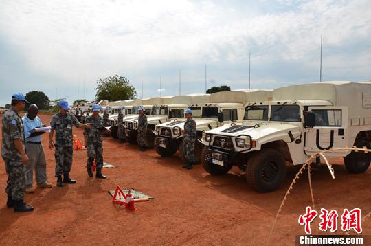 当地时间8月9日,中国第十一批赴南苏丹维和工程兵大队顺利通过部署以来联合国首次装备核查,所有核查装备全部符合联合国要求,受到核查人员多米尼克的高度赞扬。中新社发 赵阳阳 摄
