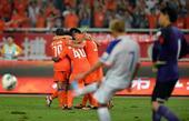 中超图:鲁能3-2逆转申花 鲁能拥抱庆祝